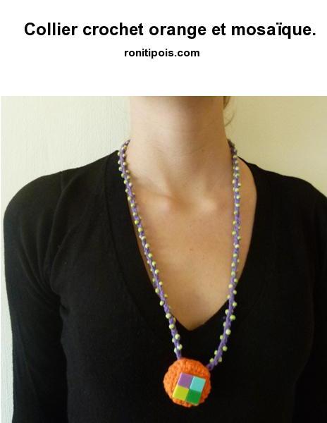 Collier de laine au crochet perlé - motif central incrusté de 4 carrés de mosaïque collés sur feutrine.