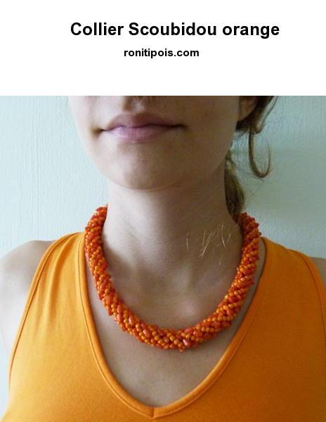 Collier de perles oranges forme Scoubidou.