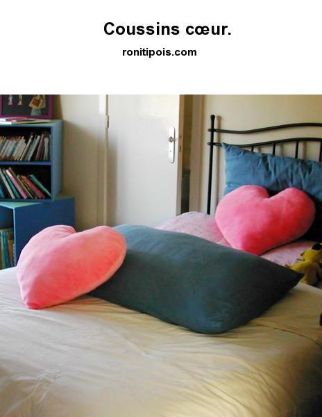 Coussins de peluche rose en forme de cœur.