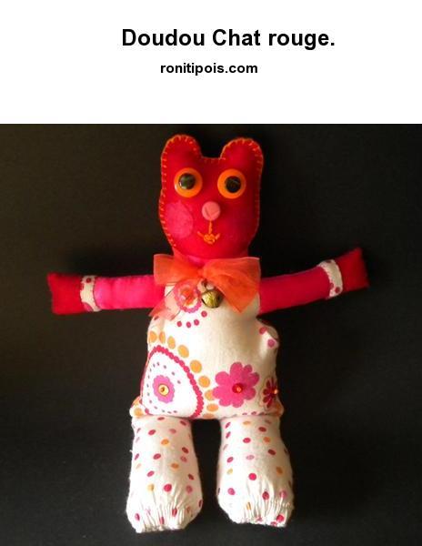 Doudou-déco chat rouge fleurs et pois.