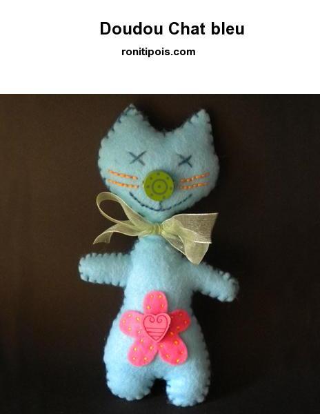 Doudou-déco chat bleu en feutrine.