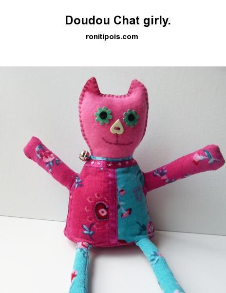 Doudou-déco chat girly tissus et feutrine, longues pattes, tient assis.
