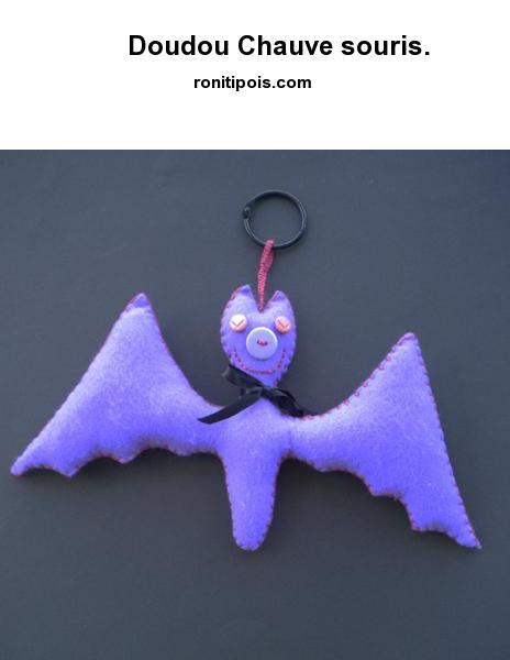 Doudou-déco chauve-souris violette à câliner ou suspendre.