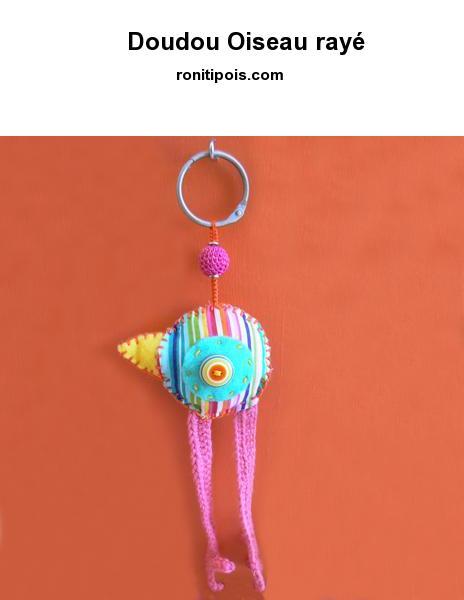 Oiseau de feutrine, tissus et crochet, motif recto-verso à suspendre ou à accrocher à un sac.