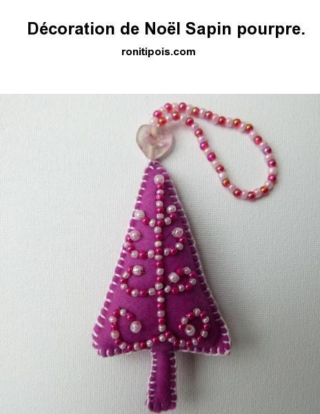 Décoration de Noël en feutrine motif sapin à suspendre. Broderie perlée au recto.